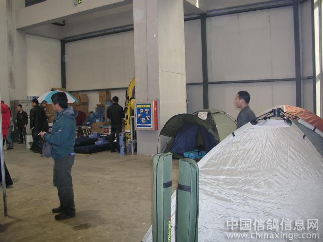 鸽展一角卖宿营产品的 高清图片